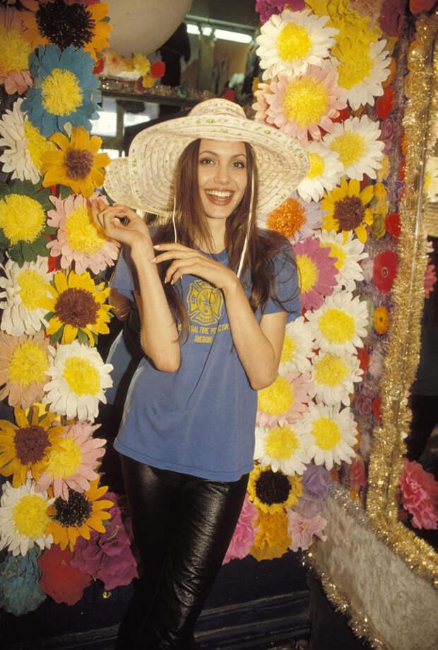 Анджелина Джоли (Angelina Jolie) в фотосессии Мишеля Буркара (Michel Bourquard) (1994), фото 9