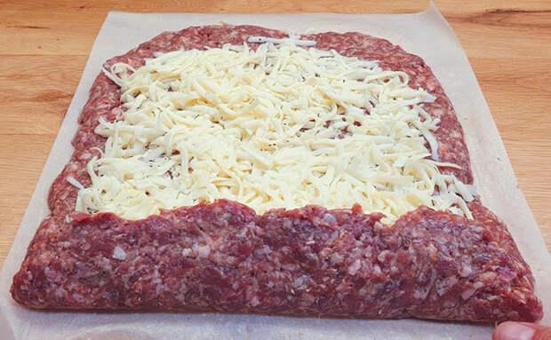Сворачиваем фарш в колбасу и кладем в заморозку. Далее готовится 5 минут: просто жарим как котлеты