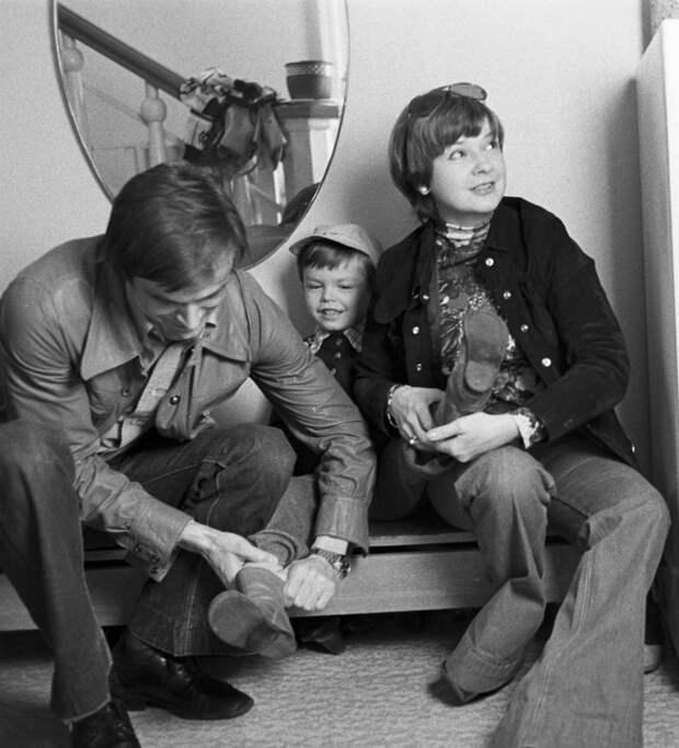Ведущий актер театра им. Моссовета Георгий Тараторкин с женой Екатериной Марковой и сыном Филиппом. 1968 год