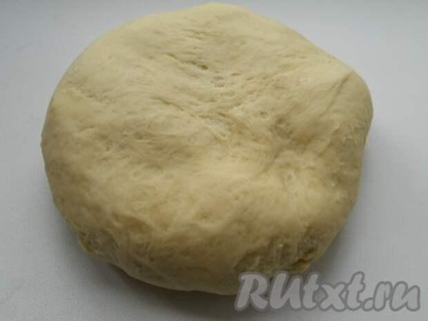 Тесто я готовила в хлебопечке. Можно замесить вручную: в теплое молоко добавить размягченное сливочное масло, всыпать дрожжи, соль, сахар и яйцо, взбитое вилкой. Постепенно всыпать просеянную муку и замесить мягкое, но не липнущее к рукам тесто. Накрыть тесто пленкой и дать подойти в теплом месте в течение часа.