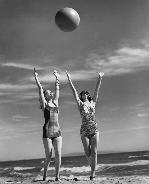 Звезды золотой эры Голливуда на пляже.