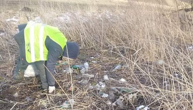 Рабочие очистили от мусора берег реки Пахры в Подольске