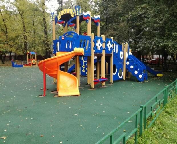 На Академика Комарова обновили детскую площадку
