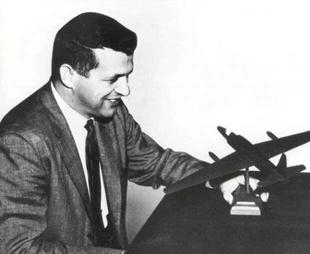 Фрэнсис Пауэрс с моделью U-2. По возвращении в США Пауэрсу предъявили обвинение в том, что он не уничтожил разведывательное оборудование в самолете. Но потом обвинение сняли, а самого Пауэрса наградили Медалью военнопленного. Фото из архива ЦРУ