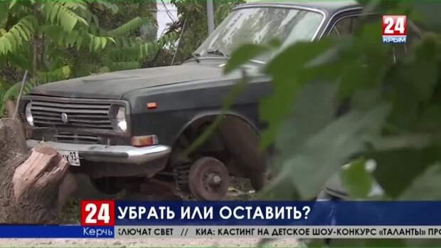 Убрать или оставить? Житель Керчи на общей придомовой территории создал целый автопарк