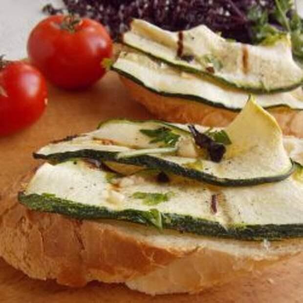 Выкладываем кабачки на тёплый хлеб