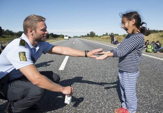 Полицейский и девочка-мигрантка