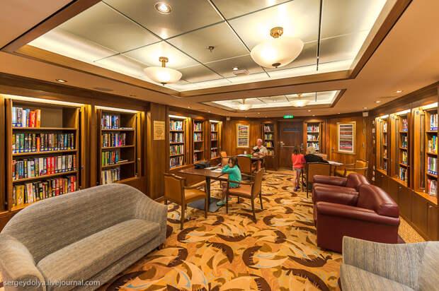Уютная библиотека. В других лайнерах я видел библиотеки побольше, но они использовались скорее как интернет кафе. А тут вай-фай есть повсюду: еда, лайнер, море