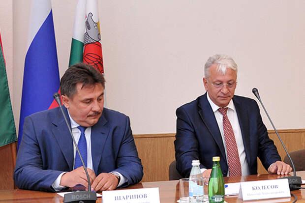 Рониса Шарипова (слева) двигает могущественный гендиректор концерна «Радиоэлектронные технологии» Николай Колесов (справа). И дело не только в том, что «Радиоэлектроника» входит в эту компанию, но и в давних близких отношениях