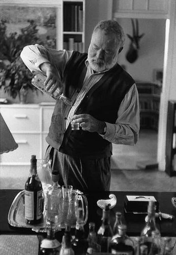 Эрнест Хемингуэй в своем доме на Кубе 1954 год.