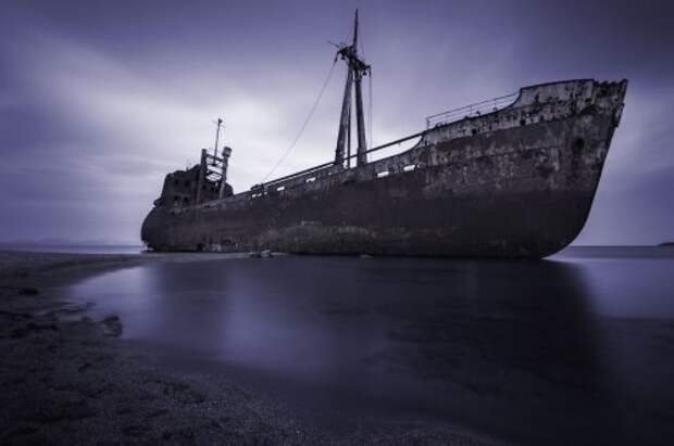 Впечатляющие фотографии севших на мель кораблей (25 фото)