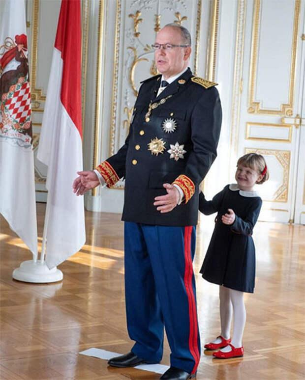 Княгиня Шарлен поделилась новыми портретами князя Альбера II и детей