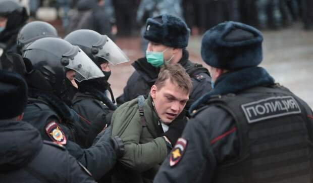 Россиян предупредили о росте числа заболевших COVID-19 после митингов
