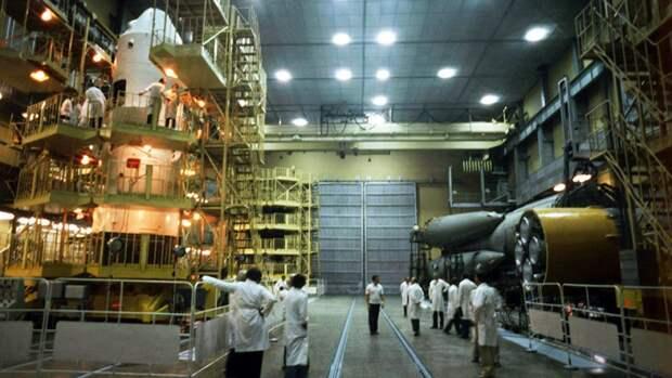 Космический корабль «Союз Т-6» в монтажно-испытательном корпусе космодрома «Байконур». 1 июня 1982 года