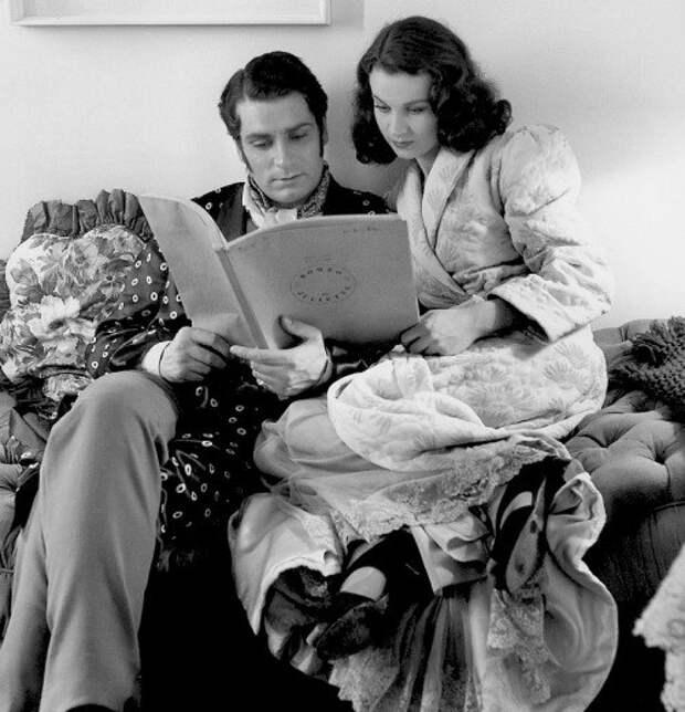 """Вивьен Ли и Лоуренс Оливье читают сценарий для их будущей постановки """"Ромео и Джульетта""""."""