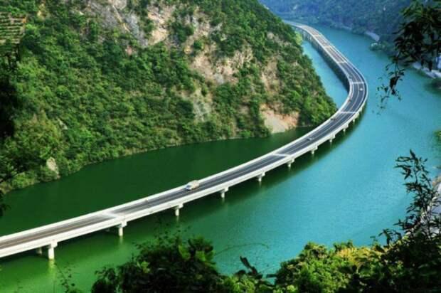 В Китае построили мост не через реку, а вдоль реки