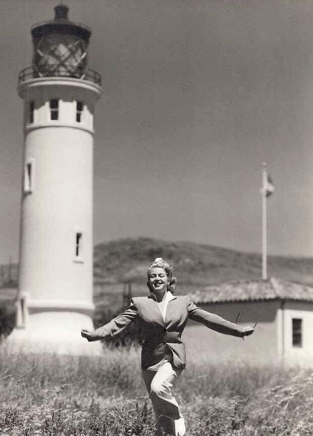 Лана Тёрнер около маяка Поинт Винсент, 1940-е (Wikimedia)