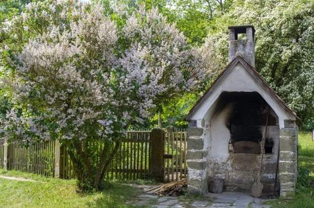 Каменная печь для сжигания мусора должна находиться в той части участка, где не планируется возводить постройки.