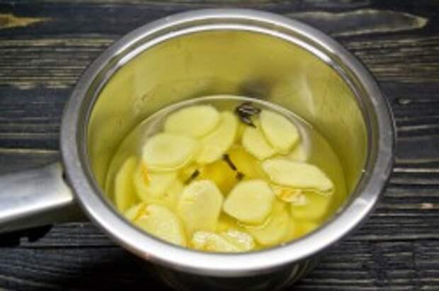 Отвариваем имбирь и апельсиновую цедру с добавлением гвоздики и бадьяна