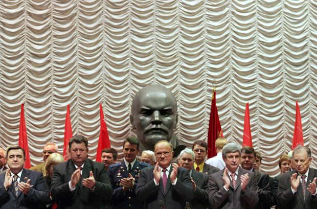 Русский лауреат Нобелевской премии по физике Жорес Алферов (справа) и Геннадий Зюганов (в центре) во время XIII съезда партии в Москве