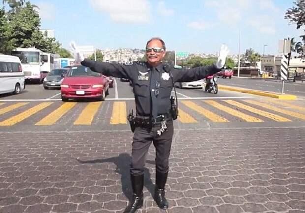 «Коп» в Мексике регулирует переход движениями Майкла Джексона ( ВИДЕО)