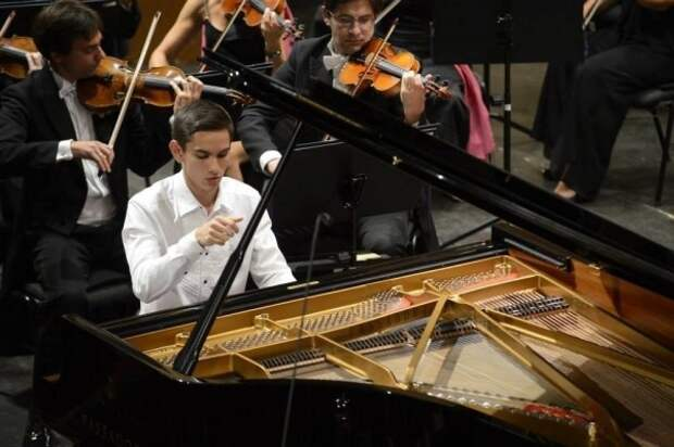 Россиянин Дмитрий Шишкин вышел в финал конкурса молодых пианистов в Брюсселе