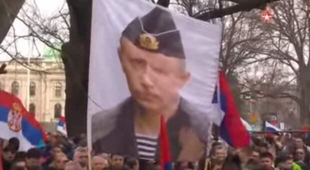 Тысячи сербов вышли на протесты против НАТО (видео)