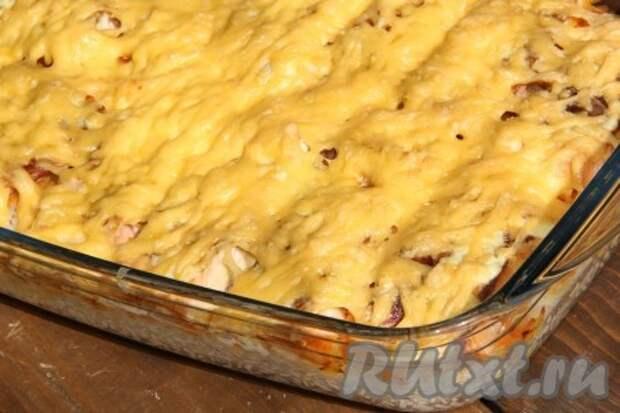 Поставить форму с горбушей и рисом в разогретую духовку и запекать при температуре 200 градусов 20 минут.