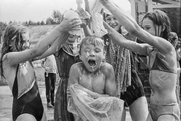 Дискотеки и приключения после отбоя: как отдыхали дети в советских пионерлагерях