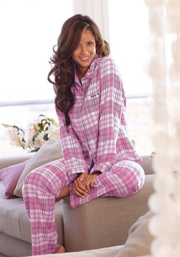 красивая девушка-брюнетка в клетчатой розовой пижаме из сатина фланели