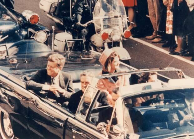 800px-JFK_limousine_cut_off_ver..png