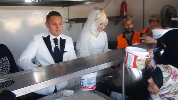 Турецкие жених и невеста вместо свадьбы накормили 4000 беженцев