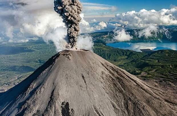 На Камчатке вулкан выбросил столб пепла высотой четыре километра