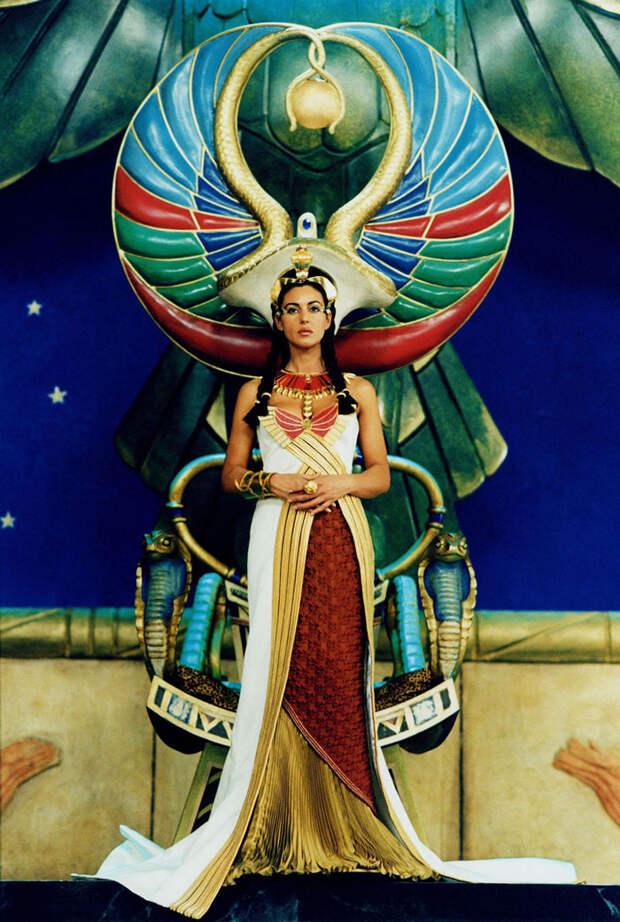 Моника Белуччи (Monica Bellucci) в фотосессии для фильма «Астерикс и Обеликс: Миссия «Клеопатра» (Asterix & Obelix Meet Cleopatra) (2002), фотография 2