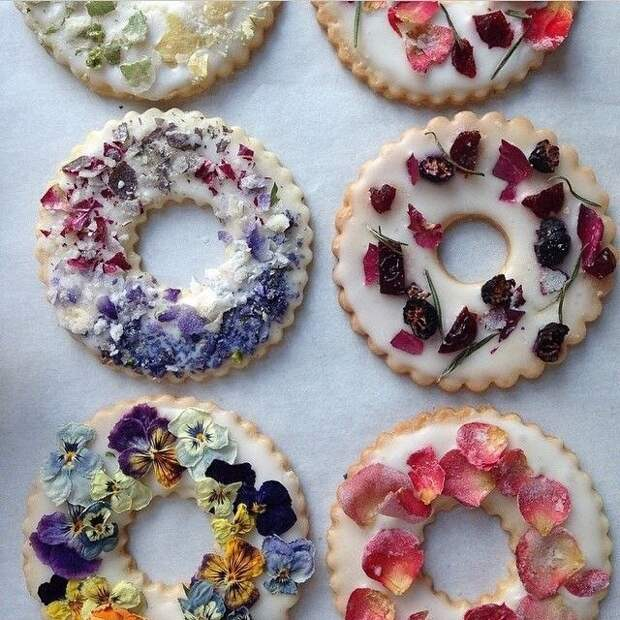 Съедобные цветы на пончиках