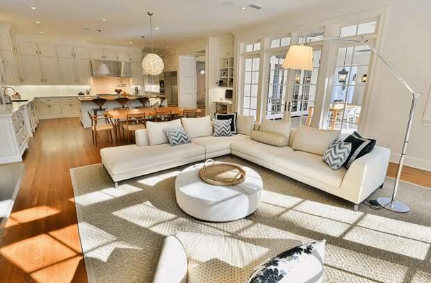 Мебель должна располагаться так, чтобы вам было удобно передвигаться. / Фото: woodways.com.ua