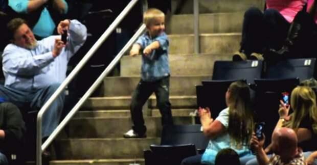 Посреди концерта он вскочил с места и начал танцевать. Через 10 секунд мальчика увидели все!