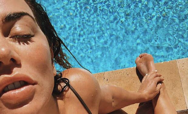 Анна Седокова надела купальник и вышла на грядки