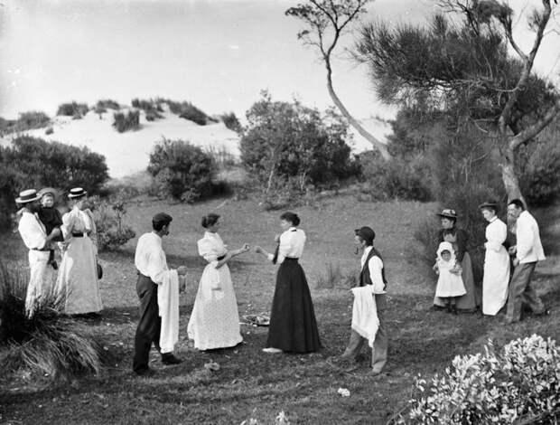 9. Женщины в стойке собираются продемонстрировать, как проходит боксерский поединок бокс, женщины боксируют, женщины в спорте, интересно, история, спортсменки, фото