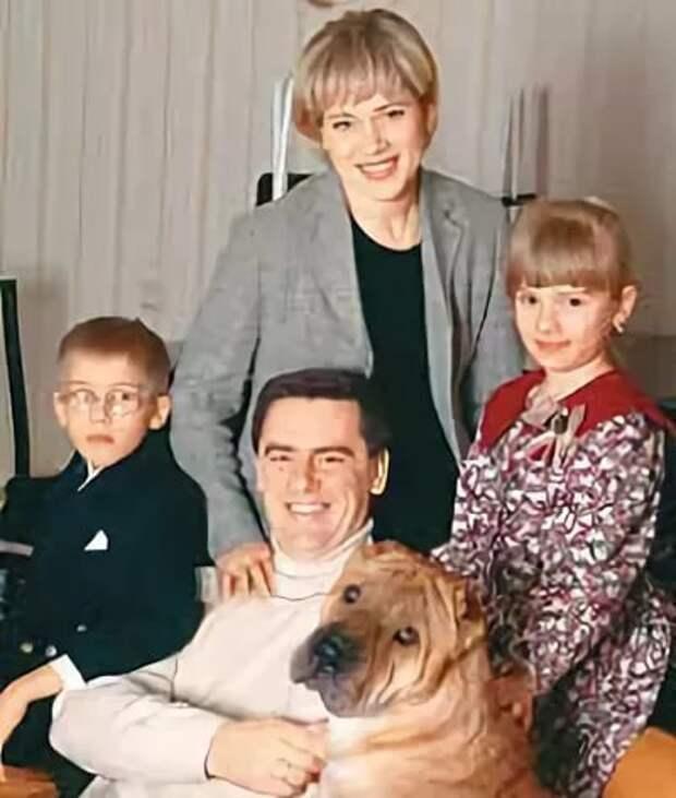 Варвара Владимирова и Сергей Тарасов с детьми. Фото: bulvar.com