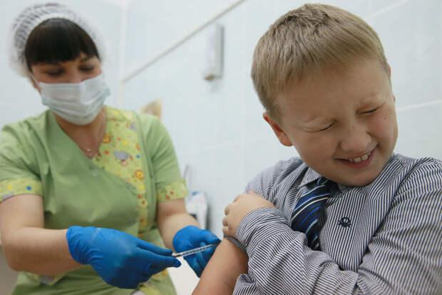 Перед проведением прививки врач проводит осмотр и пишет допуск к вакцинации. Фото: Владимир Смирнов / ТАСС