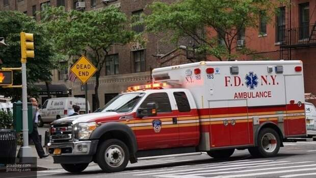 Два человека погибли при падении самолета на парковку в США