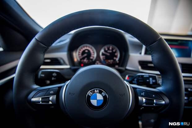 Автоинспектор остановил на Нарымской BMW без номеров — пассажир машины облил его за это алкоголем