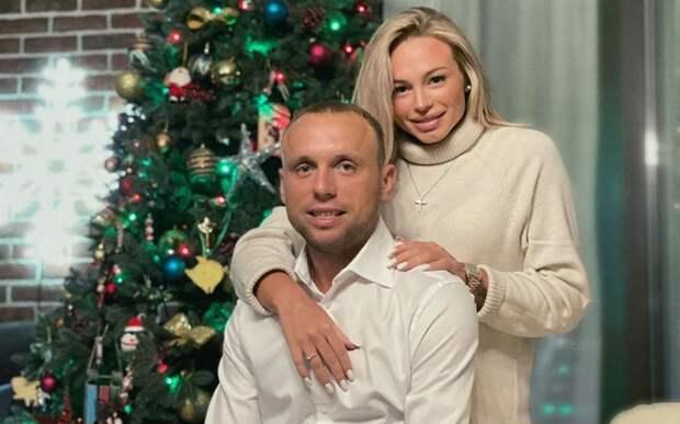 «Мы дома». Глушаков сообщил о выписке футболистки Коваленко с их дочерью из роддома