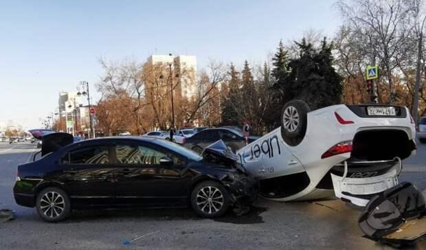Автомобиль такси агрегатора Uber перевернулся в центре Тюмени. Пострадали 2 человека