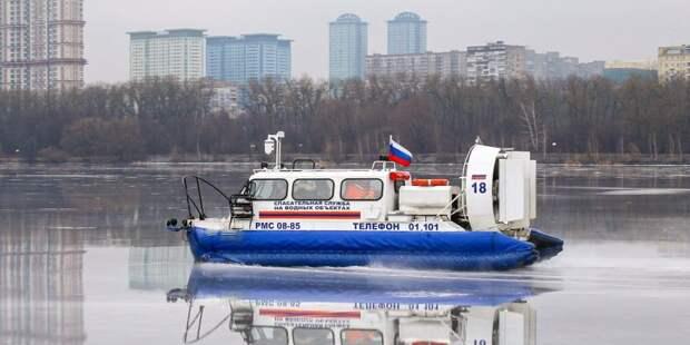 На канале им. Москвы два человека провалились под лед