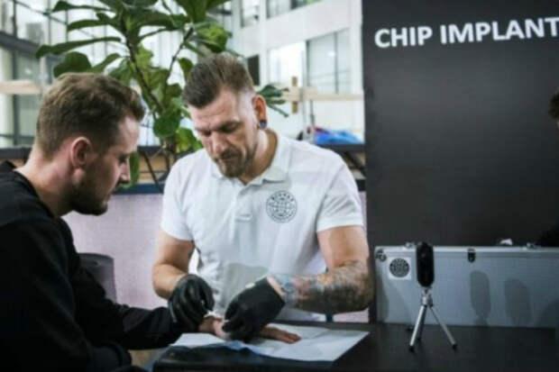 Зачем тысячи шведов вживляют себе чипы