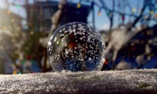 Вот что происходит с мыльным пузырем на морозе