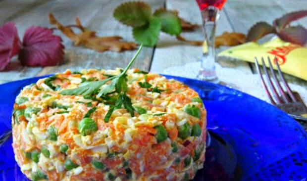 Салат с яйцами, зеленым горошком и морковью