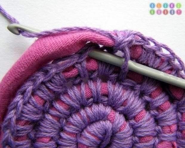крючок вводим в петлю предыдущего кругового ряда и протягиваем нитку